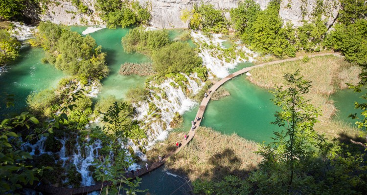 nydelig fosslandskap i plitvice nasjonalpark kroatia