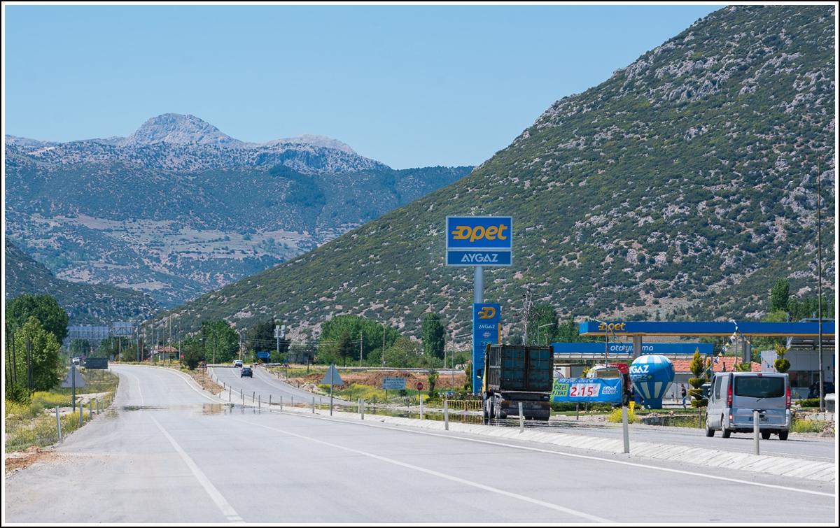 bensinstasjon og vei i tyrkia